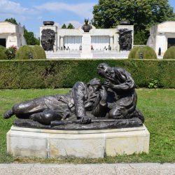 Grup statuar înfățisând un soldat rănit predând unui tânăr arma și făclia pentru continuarea luptei